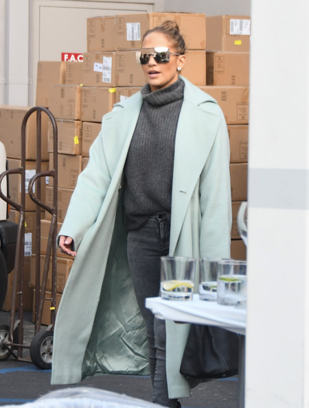 Jennifer Lopez vuelve a confirmarlo por las calles de Beverly Hills, los abrigos de colores pastel están muy de moda