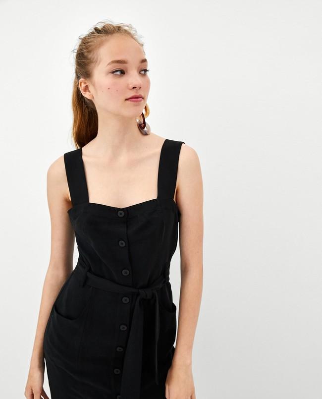 2ef4a98331 Los vestidos con botones de madera son los grandes protagonistas de este  verano. Diseños de lino y algodón cómodos y fresquitos