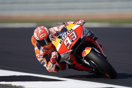 Marc Márquez aprovecha el rebufo de Valentino Rossi para conseguir su cuarta pole consecutiva en MotoGP