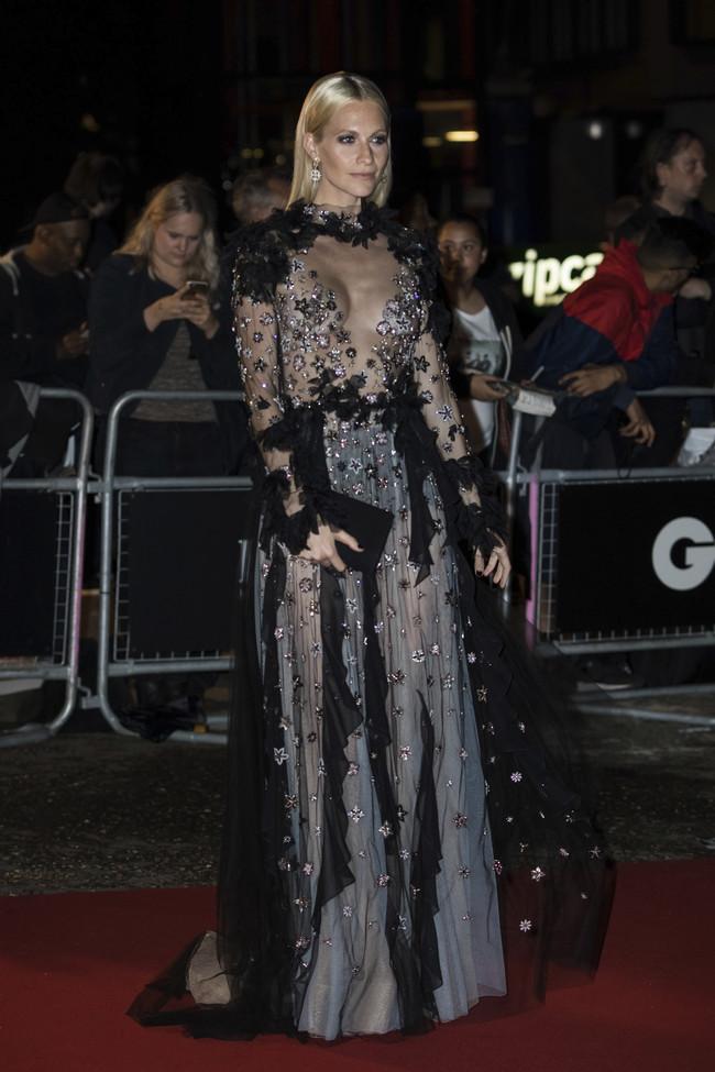 premios gq hombre del año alfombra roja red carpet look estilismo outfit celebrities poppy delevingne