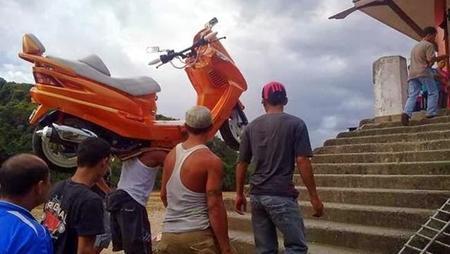 Con la moto a cuestas... literalmente