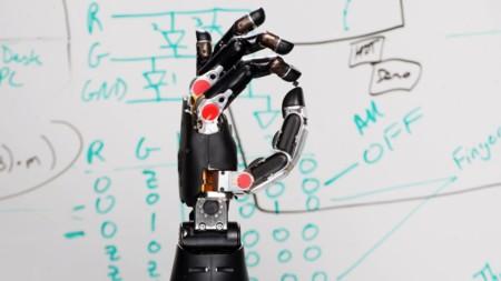 Ya identificaba impulsos cerebrales, ahora este brazo robótico permite sentir lo que se toca