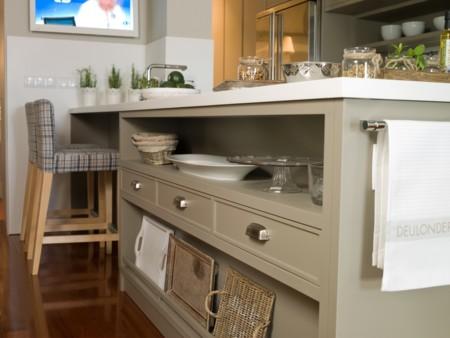 Tiradores tipo americano y cajones de mimbre en esta adorable cocina de Deulonder