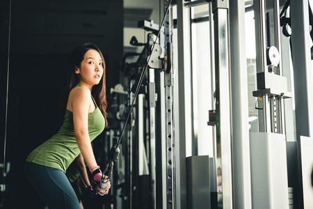 Los seis mejores ejercicios con poleas para entrenar tus brazos y hombros en el gimnasio