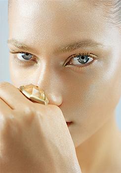 Maquillaje dorado para el rostro
