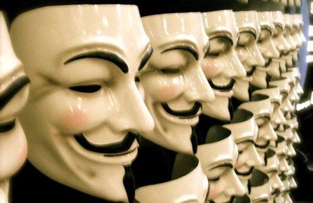 Ironías de la vida: un juez británico prohíbe a un supuesto miembro de Anonymous usar su nombre real en Internet