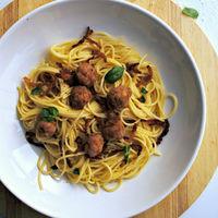 Espaguetis con albondiguillas de cerdo y beicon crujiente, receta de aprovechamiento (o no)