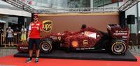 Le echan flores al Ferrari F14 T, ¡literalmente!