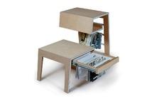 ¿Buena o mala idea?: una mesa con colgadores para libros y revistas
