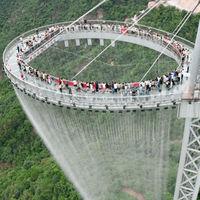 Un mirador de cristal, cascadas y 2.000 luces a 500 metros de altura: así es el Huangtengxia Tianmen Sky Walk