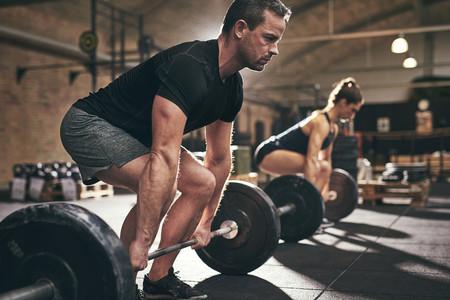 Si tienes poco tiempo para entrenar en el gimnasio, esta es la propuesta de Bret Contreras: un ejercicio de empuje,uno de tirón y uno de piernas para un entrenamiento rápido y efectivo