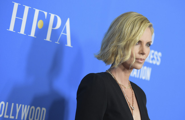 hfpa banquete red carpet Charlize Theron