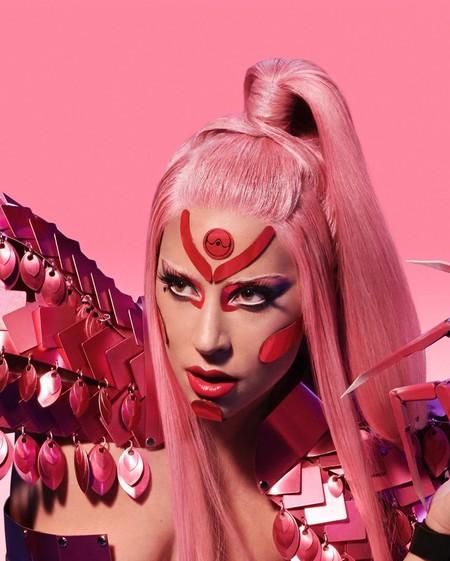"""Lady Gaga revive la estética de los Power Rangers y Sailor Moon en su nuevo videoclip """"Stupid Love"""" (con cuatro looks retro que son una fantasía)"""