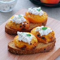 Tostas de albaricoques asados con queso de cabra: receta de aperitivo