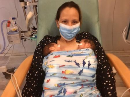 Una madre tiene a sus gemelas mientras estaba sedada en la UCI por el Covid-19 y al despertar no recuerda que estaba embarazada
