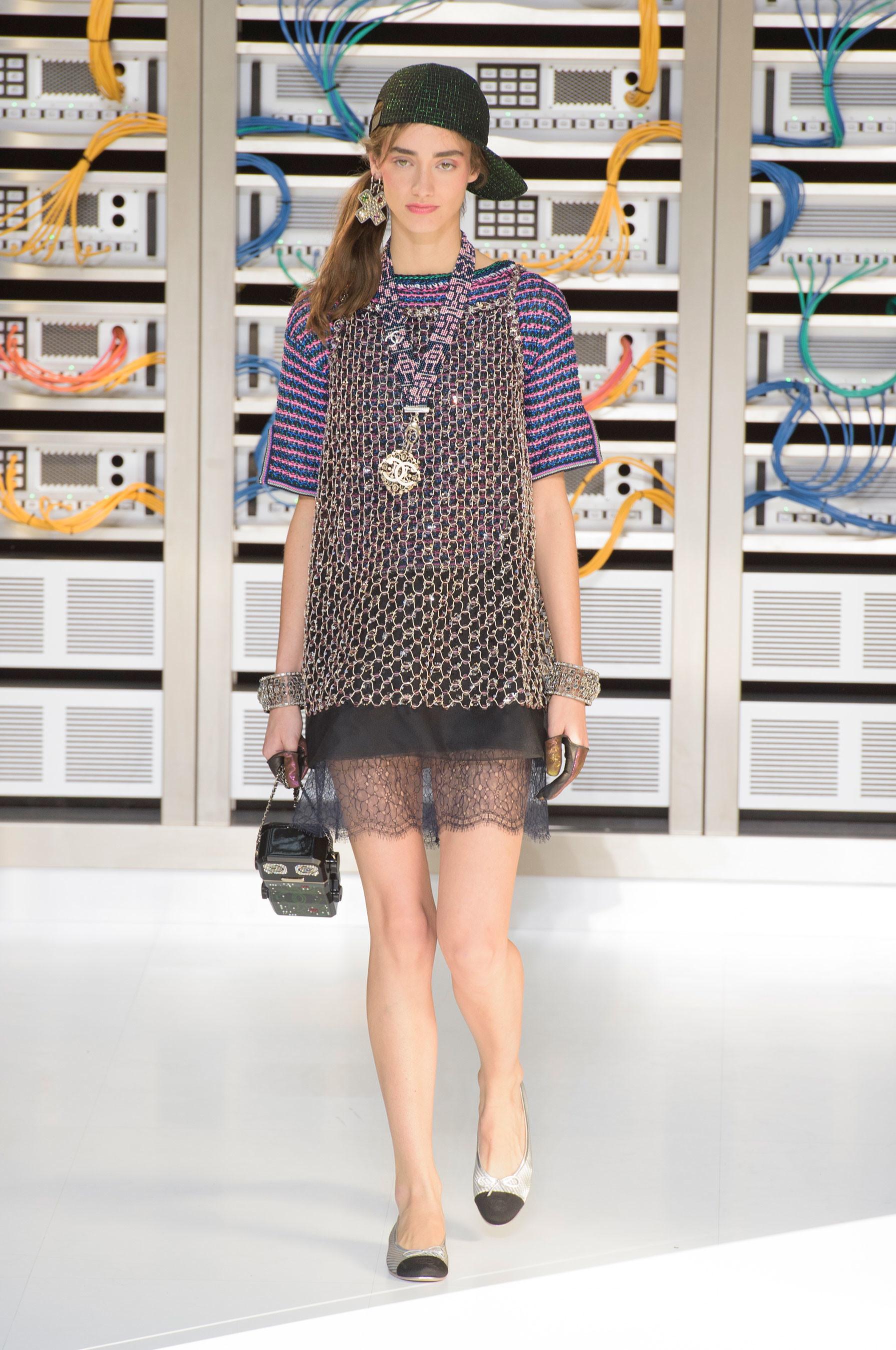 El regreso al futuro de Chanel en su colección Primavera-Verano 2017