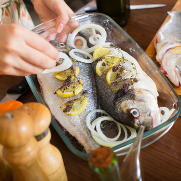 Pescado en el embarazo: las especies con alto contenido en mercurio que debes evitar (y cuáles elegir)