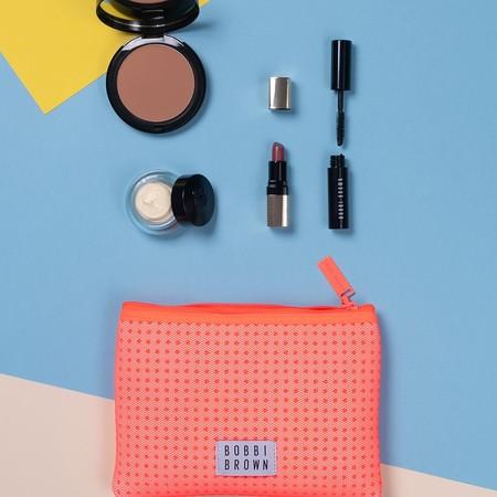 Bobbi Brown presenta un nuevo (y precioso) neceser de mini-tallas con crema y maquillaje perfecto para llevar a todas partes
