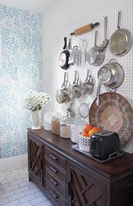 Cacerolas ordenadas y a la vista en la cocina