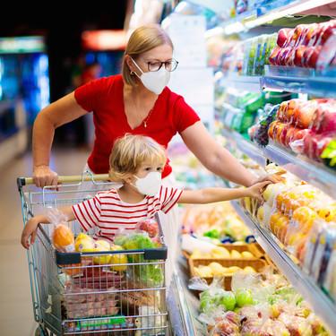 ¿Pueden ir a comprar dos personas? Estas son las normas para ir a los supermercados en todas las fases