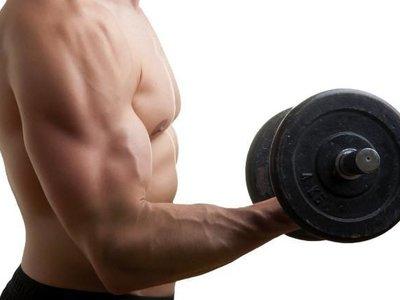 Cómo evitar balanceos y giros peligrosos a la hora de trabajar bíceps y tríceps