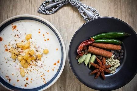 Raita o ensalada india: el condimento más refrescante para cuidarnos de manera saludable y cinco recetas para elaborarla en casa