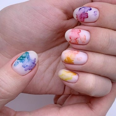 Estas uñas de acuarela son lo más bonito y fácil de conseguir, para cuando no tienes tiempo de ir a hacerte la manicura