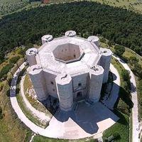 Este castillo de Italia parece una tuerca desde las alturas