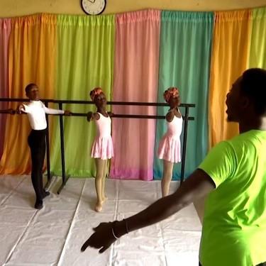El niño nigeriano que nos emocionó bailando bajo la lluvia, recibe una beca de una prestigiosa escuela internacional de ballet