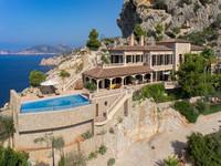 Un villa de piedra diseñada para impresionar al borde un acantilado