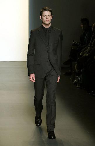 Looks para Navidad. El traje y sus numerosos estilos. Calvin Klein