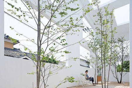Patio interior de casa japonesa abierta