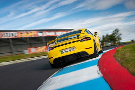 Porsche 718 Cayman GT4 trasera