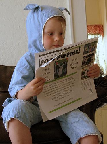 Leer periódicos en casa con los niños