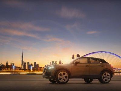 Parece un Audi Q2 sobre suelo dubaití, pero es un modelo a escala 1:43 hiperrealista
