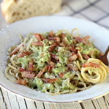 Espaguetis a la carbonara de aguacate, la receta de pasta que no lleva ni  huevo ni nata y que se prepara en diez minutos