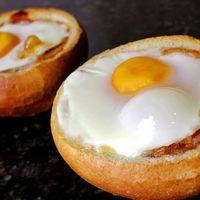 Huevos al nido con queso y chorizo. Receta fácil para el desayuno