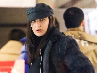 Total look black y la mochila del momento, esta es la elección de Bella Hadid para dar un paseo por Aspen