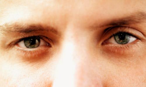 La cosmética de hombre de las bolsas en los ojos