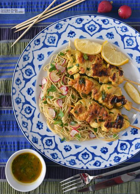 Satay de pollo marinado con ensalada de noodles: receta de inspiración tailandesa