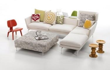 Un sofá con zona de trabajo