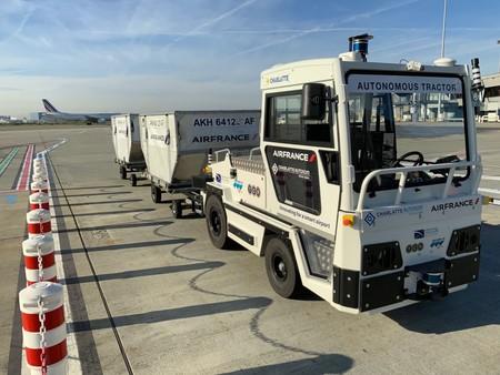 El coche eléctrico autónomo llegó al aeropuerto: Air France empieza a operar el primer remolque de equipaje autónomo del mundo
