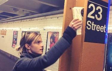 Emma Watson responde a la victoria de Trump a su manera favorita: con libros