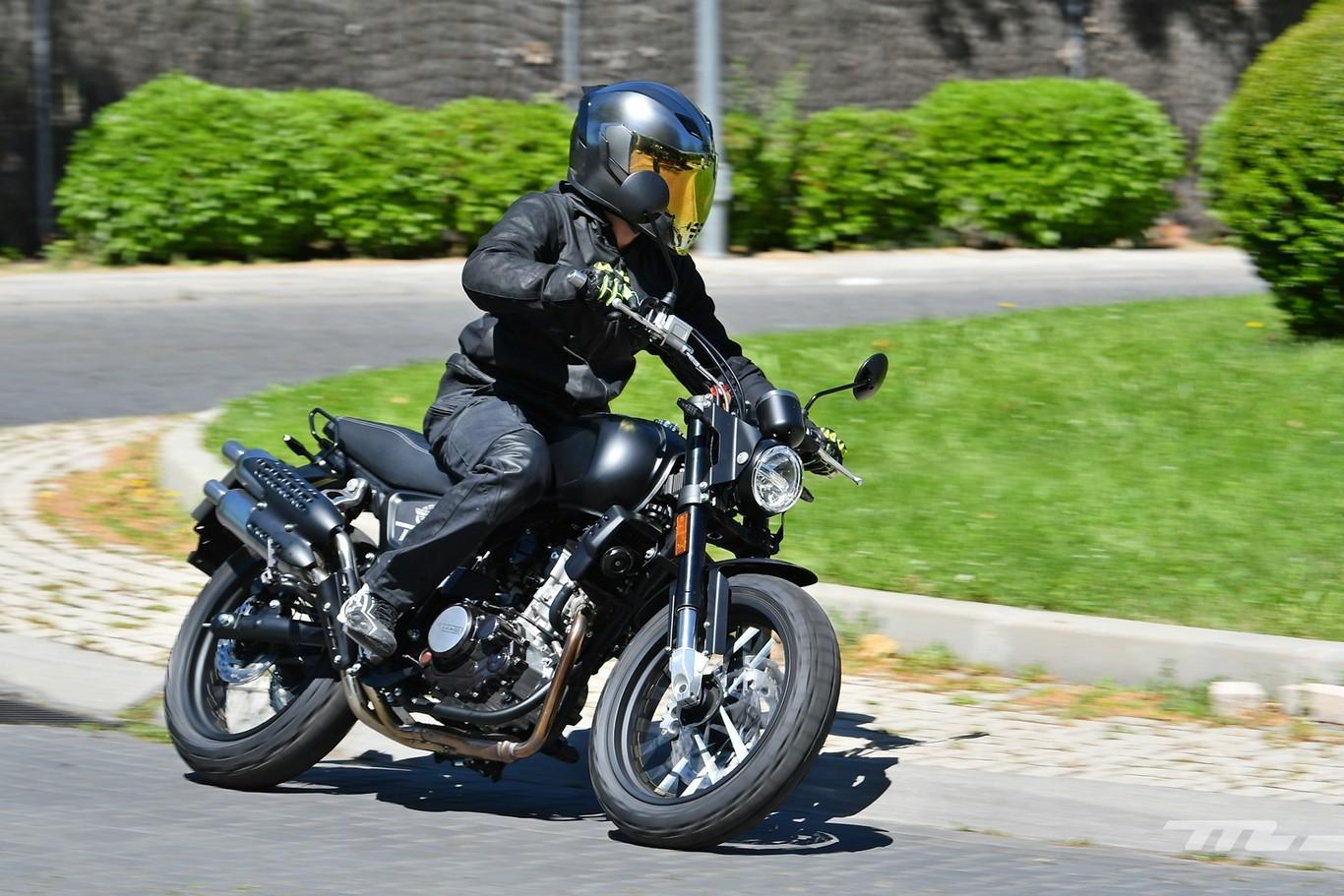 Probamos la SWM Ace of Spades 125: una moto scrambler asequible para el carnet B con margen de mejora