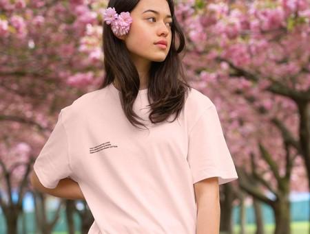 Esta preciosa camiseta teñida con flores de cerezo japonés es la prenda eco-friendly más delicada y preciosa del día
