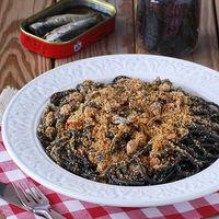 Espaguetis al negro de sepia con provenzal de sardinas: receta de pasta marinera
