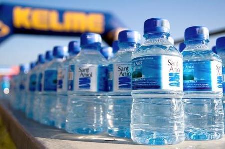 Entrenamiento media maratón: aprende a beber agua mientras corres