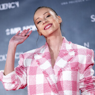 Ester Expósito luce un vestido blazer tan ideal que ya queremos el clon en Zara