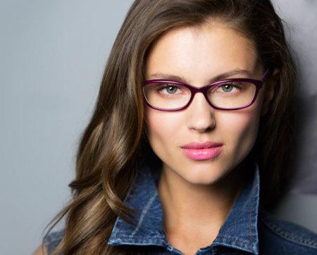 Cómo elegir el estilo y color de las gafas que van con tu cara