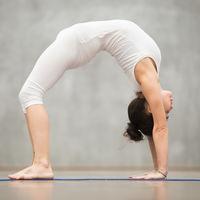 Chakrasana o la postura de la rueda de Yoga: aprende a hacerla paso a paso